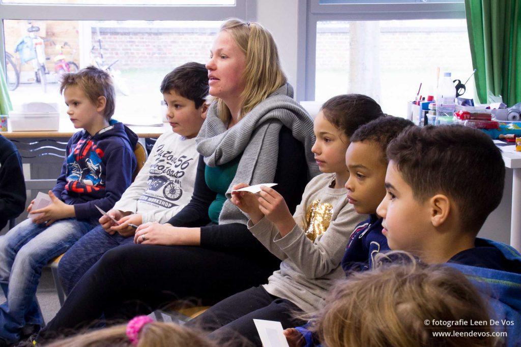 Juf Stefanie tussen haar leerlingen