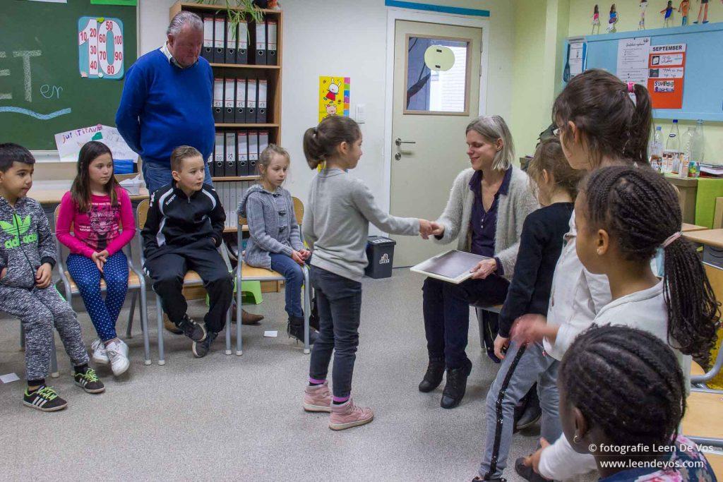 aandachtige leerlingen, directeur kijkt toe