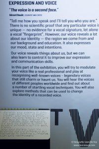 Bordje met braille tekst voor bord met gewone tekst