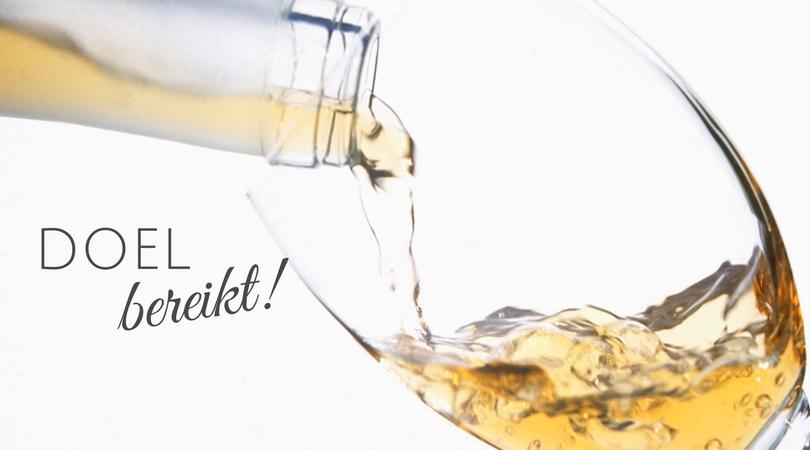 Een glaasje champagne inschenken