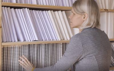 Inge zoekt een boek in haar braille bibliotheek